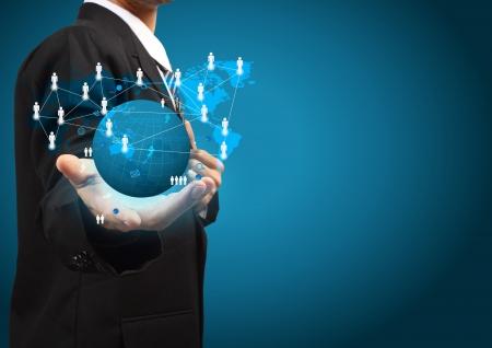 La celebración de una red social brillante globo de tierra en manos de los empresarios