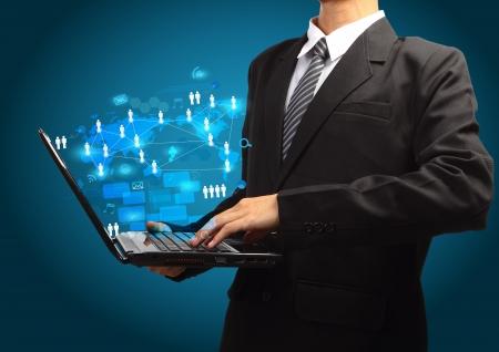 administrador de empresas: Concepto de negocio Tecnología, diagrama de proceso de información de la red creativa en el ordenador portátil en las manos de hombres de negocios