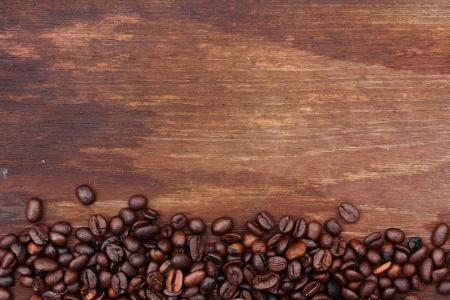 나무 배경에 신선한 커피 콩, 디자인 작업을위한 매크로 근접