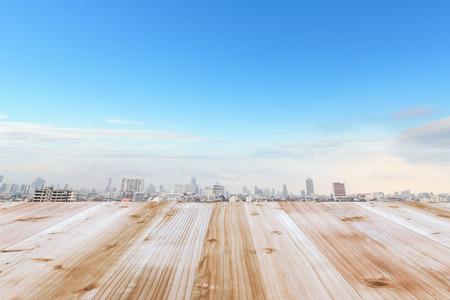 Terrasse bois et le ciel bleu