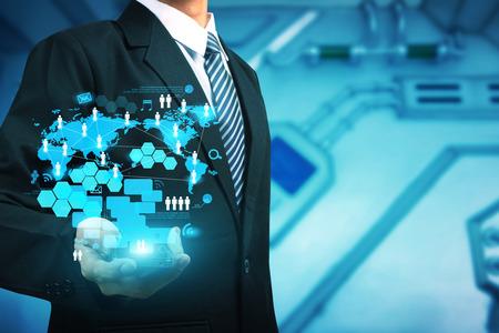 Empresario de trabajo móviles con nuevo y moderno programa informático estructura de red social digital, Foto de archivo