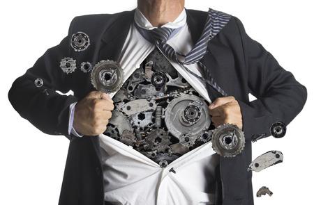 De negocios que muestra un traje de superhéroe debajo maquinaria metal gears idea de concepto, aislado en fondo blanco
