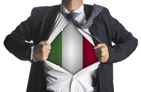 bandiera italiana: Bandiera italiana con uomo d'affari che mostra un vestito supereroe sotto il suo vestito, isolato su sfondo bianco Archivio Fotografico