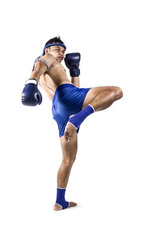 タイのボクシング アクションが、白い背景で隔離のタイのボクサー