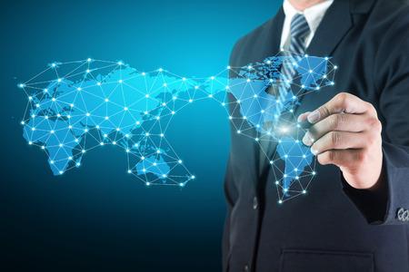 Business man dessin diagramme sociale de réseau de données de connexion avec la carte du monde sur le tableau blanc