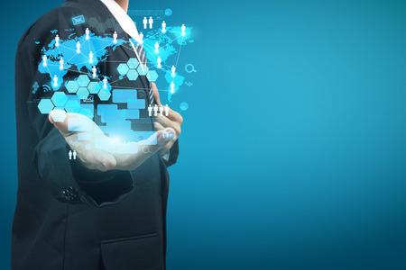 tecnologia: Tecnologia nas m�os de homens de neg�cios com novo e moderno computador mostra a estrutura de rede sociais digitais
