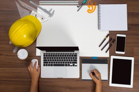 Bureau achtergrond hand met behulp van de muis pen bouwproject ideeën concept met laptop computer tekening apparatuur en een kopje koffie. Bekijken van bovenaf met een kopie ruimte