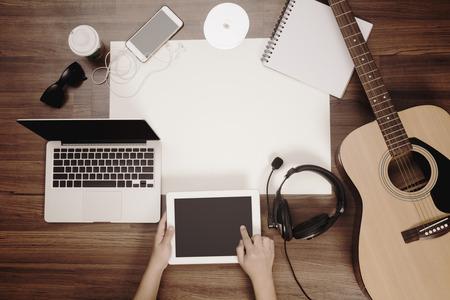 gitara: Office desk tło, napisane ręcznie na ekran dotykowy tablet PC z gitarą akustyczną, słuchawki nagrywania koncepcji pomysłów na projekt sceny. telefony komórkowe, laptopa, widok z góry z miejsca na kopię