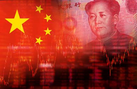 economía: Bandera de China con la cara de Mao Zedong en RMB Yuan 100. Diagrama de tendencia bajista de stock