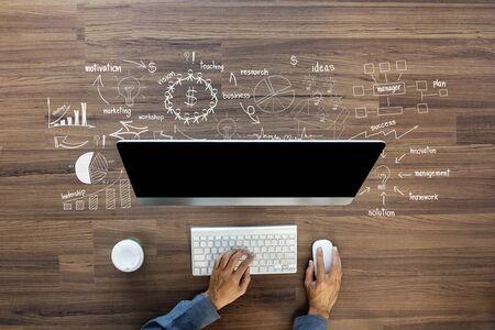 znalost: Tvůrčí myšlení výkresu obchodní úspěch strategického plánu nápady na dřevěném stole pozadí, Inspirace koncept s podnikatel pracuje na počítači, pohled shora