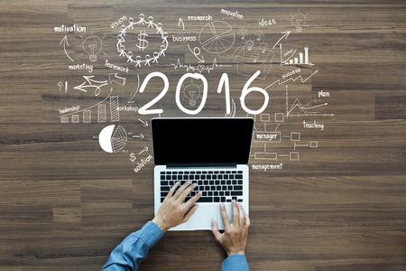 2016 nieuwe jaar zakelijk succes, Creatief denken tekenen en grafieken strategieplan ideeën houten tafel achtergrond, inspiratie concept met zakenman werken op laptop computer pc, Top View