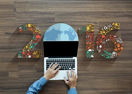medios de comunicaci�n social: iconos de aplicaciones conjunto de la tecnolog�a de la innovaci�n empresarial 2016 a�o nuevo, con negocios que trabajan en la computadora port�til PC ordenador, vista desde arriba