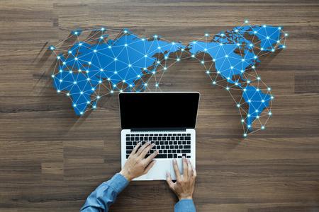 puesto de trabajo: persona de negocios que trabaja en el ordenador de la red de medios sociales concepto de tecnología de la innovación de fondo