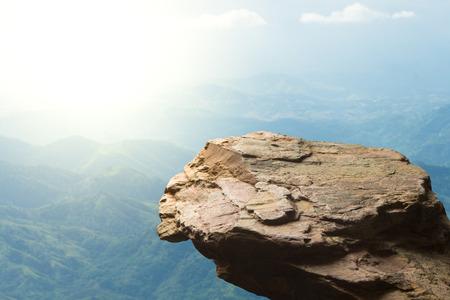 Leegstand op de top van een uitzicht op de bergen, lege ruimte klif met berg op wolken blauwe hemel Stockfoto