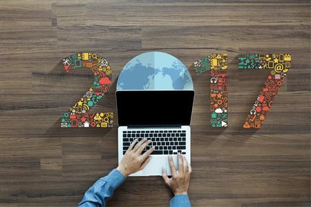 l'application du jeu de la technologie de l'innovation commerciale icônes 2017 nouvelle année, homme d'affaires travaillant sur ordinateur portable PC, vue de dessus