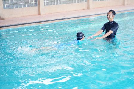 Vader dochter onderwijzen om te zwemmen