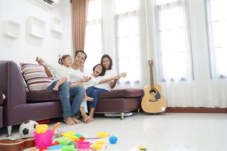 Feliz familia asiática en la sala de estar en casa, concepto de relajación de unión