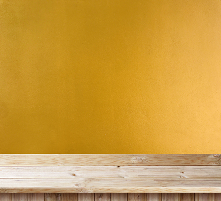 노란색 벽 질감에 탁상용 나무 데크 스톡 콘텐츠