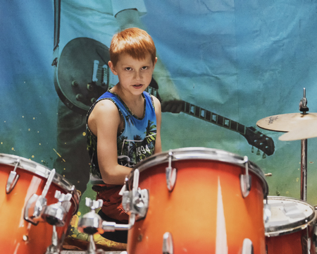 funny guy hits the drums Imagens