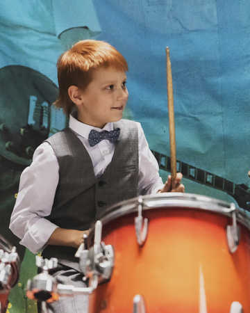 funny guy hits the drums Banco de Imagens