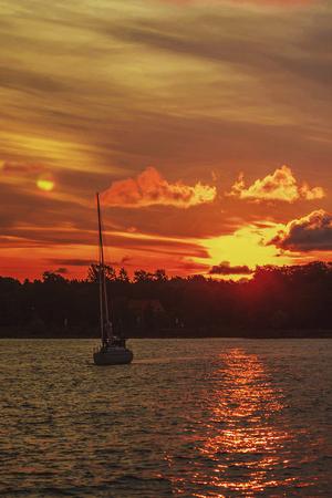 Molto bei colori nella luce solare splende le nuvole sulle navi nel porto Archivio Fotografico - 85103911