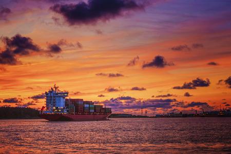Molto bei colori nella luce solare splende le nuvole sulle navi nel porto Archivio Fotografico - 85103942