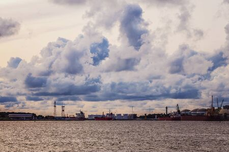 Molto bei colori nella luce solare splende le nuvole sulle navi nel porto Archivio Fotografico - 85310106