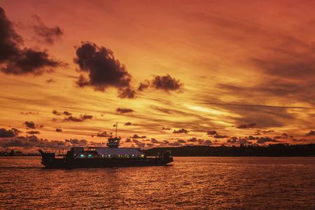 Molto bei colori nella luce solare splende le nuvole sulle navi nel porto Archivio Fotografico - 85178216