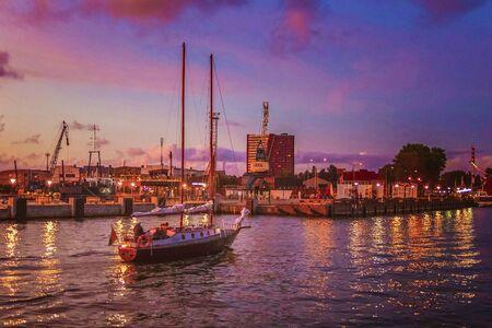 Molto bei colori nella luce solare splende le nuvole sulle navi nel porto Archivio Fotografico - 85234987