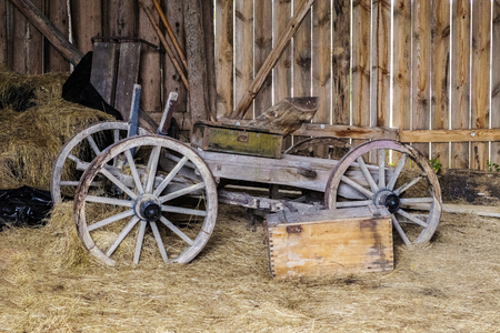 wooden barn is beautiful and the old horse cart Imagens