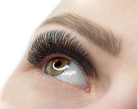 Kobiece otwarte oko z przedłużaniem rzęs. Skóra naturalna i zadbana. Zamknij się, selektywne focus.