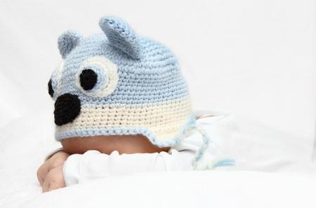 Baby mit einem gestrickten blauen Hut Baby auf dem Bauch Standard-Bild - 17289330