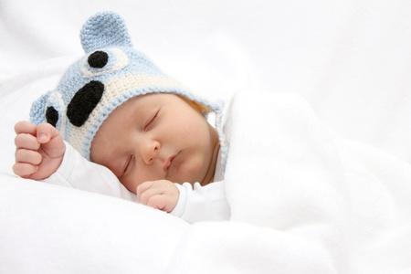 enfant qui dort: Dormir avec bébé bonnet tricoté Banque d'images