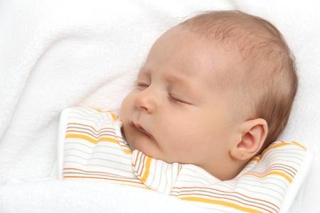 Schlafendes Baby auf dem Rücken im Schlafsack Standard-Bild - 18315622