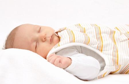 enfant qui dort: Dormir bébé sur le dos dans un sac de couchage