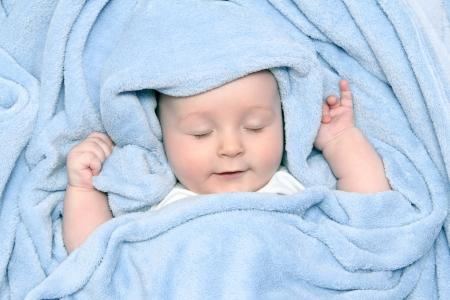 Schöne Baby nach dem Bad unter einer Decke Standard-Bild - 18909441