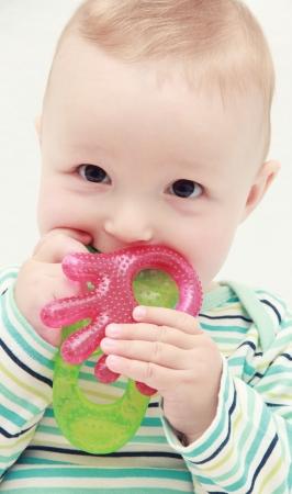 Schönes Baby mit Beißring Standard-Bild - 20911640