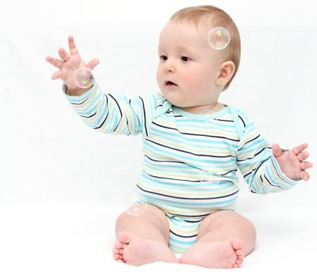 burbujas de jabon: Beb� que juega con las burbujas de jab�n Foto de archivo