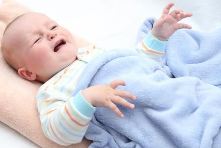 Kleines Baby zu weinen im Bett Standard-Bild - 21999936