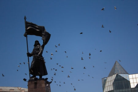 Bronze statue of a soldier with flag on central square of Vladivostok Stock Photo - 16473178