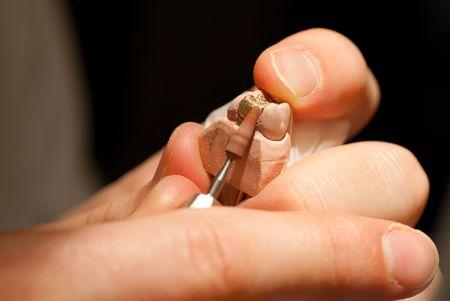 laboratorio dental: Pulido de una incrustaci�n de oro dental Foto de archivo