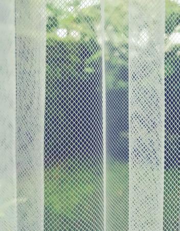 Draperie dun en licht kijken uit op de buiten tuin. Gordijn filter licht. transparant, blind, doorschijnend, muskietengaas, Stockfoto