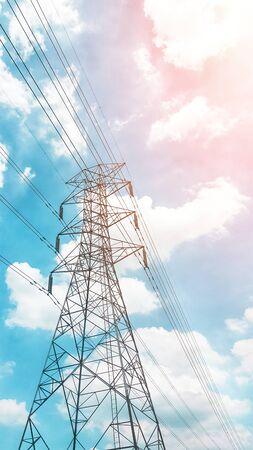 poste haute tension isolé sur fond de ciel bleu. Ligne de transport d'électricité.