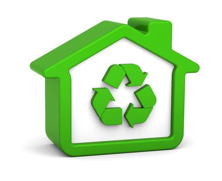 biomasa: Casa verde de reciclaje con signo en un fondo blanco