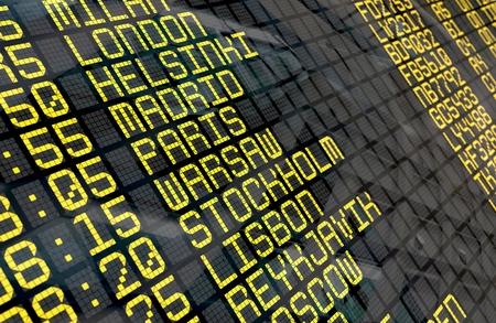 Nahaufnahme eines Flughafen Abflug-Board zu europäischen Destinationen, mit Umwelt Reflexion.Part einer Serie. Standard-Bild - 78724552