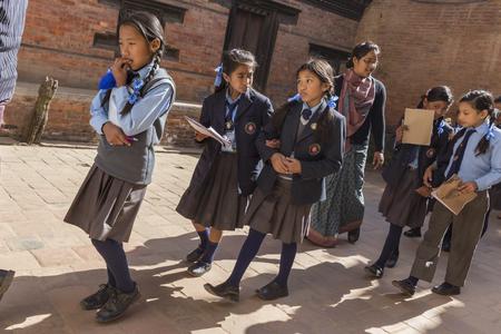 Bhaktapur, Nepalu - 02 grudnia 2013 młodych Nepalu niezidentyfikowane studentów na wycieczkę szkolną do Bhaktapur na 2 grudnia 2013 roku, Bhaktapur, Nepalu Kathmandu doliny