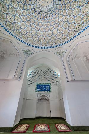 registan: SAMARKAND, UZBEKISTAN - AUGUST 29, 2016: Interior of Hazrat-Hizr Mosque, the most beautiful mosque in Samarkand, Uzbekistan Editorial
