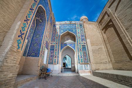 シャー-i-Zinda、墓の生きている王、ウズベキスタンのサマルカンドで霊廟の見事なアベニュー 写真素材