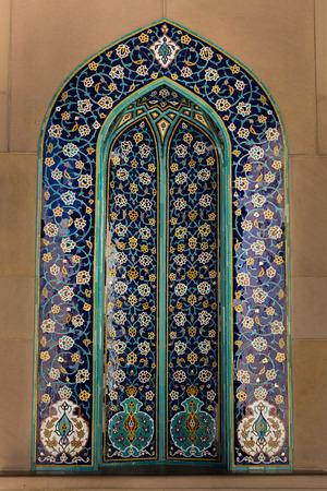 MUSCAT, OMAN - 30 NOVEMBRE 2017: decorazioni a mosaico con design persiano Kashi nella Grande Moschea del Sultano Qaboos a Muscat, Oman