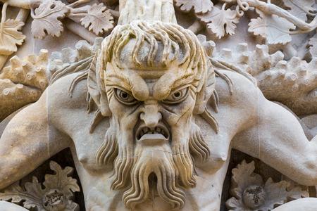 De Gargoyle kijkt neer in het Pena-kasteel, Sintra, Portugal